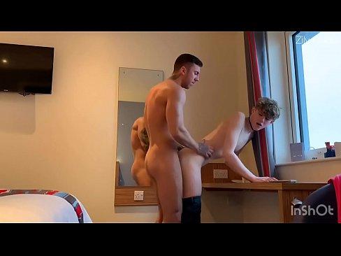 Vader neukt zijn zoon in zijn reet zonder condoom